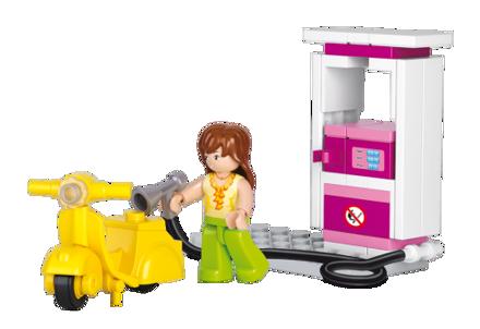 Bild på Pige med scooter på tankstationen